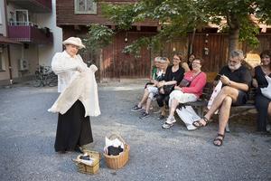 Anna Johansson aka Emma Wollenhaupt demonstrerar sina varor för gästerna utanför Smithens gård.