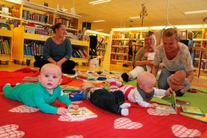 Unga läsare. Många intresserade besökare deltog i premiären för babykafé på Nora bibliotek.