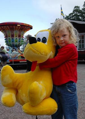 Vinnare. Cassandra Blixt har precis vunnit en stor gul hund. Hon säger att han ska heta Pluta och han kommer att få sova bredvid henne i sängen hädanefter. Foto:Jenny Lagerstedt