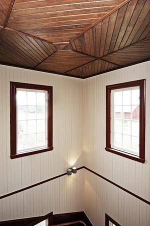 Att måla om det vackra trapphuset var ett jättejobb eftersom där fanns flera lager av gammal färg som först måste bort.