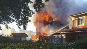 Trots brandens häftiga förlopp så kunde brandkåren rädda två av husen i radhuslängan.