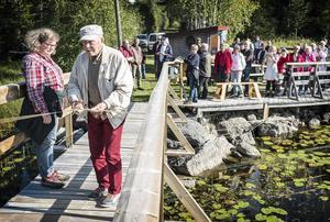 Eldsjälen Per Olov Tronde fick den stora äran att klippa invigningsbandet när drottning Blankas bro över Gålesån återinvigdes.