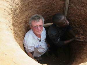 Hans Eek utforskar jordtemperaturen med en av sina medarbetare i Burkina Faso. Där arbetar Hans Eek med ett stor bostadsprojekt som kan komma att omfatta hela landet. Grundtanken är att spara energi genom att utnyttja de svalare temperaturerna längre ner i jorden i system för bland annat air-conditioning.