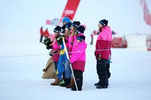 Blomsterflickorna väntar på att få gratulera Frida Hansdotter och Maria Pietilä-Holmner till pallplaceringarna i damernas slalom.