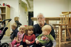 Stig Johansson älskar sitt jobb på förskolan. Här med förskolebarnen Leah och Hugo.