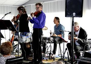 Gunnar Moréns kvintett vill få det att svänga i Gubbo på blanka söndagseftermiddagen.