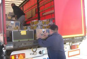 Mängder med kartonger packade med kläder, hygienartiklar, leksaker och annat har transporterats till Estland. Här packas den senaste transporten.