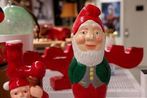 Lite kantstött tomte efter åratals jultjänst i någons hem. Nu till försäljning för att glädja andra julfirare.