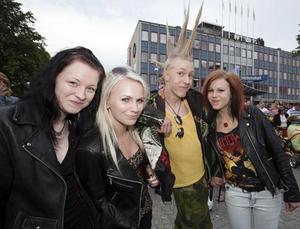 17-åriga Mandy Fahlström från Skutskär, 17-åriga Jenna Sjölander från Gävle, 17-årige Lalla Eliasson från Gävle samt 15-åriga Marie Strandberg från Valbo hade tagit sig till Slottstorget för att se Markoolio.