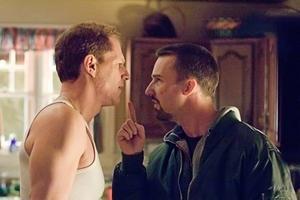 Noah Emmerich och Edward Norton spelar poliserna och bröderna Frances och Raymond i