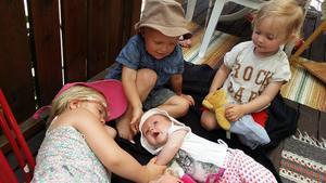 Barnkalas på Björknäs. Tessi 6år, Timmy 3år, Tilia 2år och Lilja 4mån. Foto: Rickard Frisk