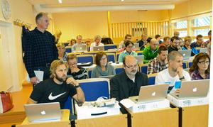En nöjd gymnasiechef Hans Lövgren blickar ut över lärare som sitter i skolbänken för gymnasiets nya storsatsning på datorer och it-teknik.