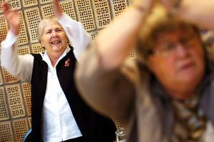 Eivor Axelsson gillar att röra på sig och uppskattade föredraget om Fysisk aktivitet på recept. När pausgympan drog igång på Äldredagen var hon en given deltagare.