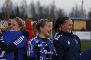 Vilken eufori som ÖDFF–tjejerna fick uppleva efter slutsignalen. Här är det bland andra Frida Sjöberg som får glädjefnatt tillsammans med lagkompisar.