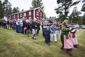 Enligt tradition så börjar allspelet med att deltagarna tågar ner på gräsmatten till scenen vid Norrbo hembygdsgård.