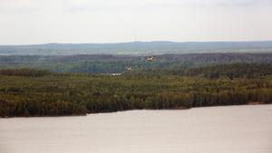 Två av flygplanen under inflygning mot Snyten för att hämta vatten. Varje plan kan ta med sex ton vatten per hämtning.