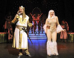Kungen och damen i sjön. Henrik Dorsin och Nina Söderquist gör succé på Oscarsteatern.