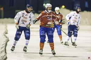 Västanfors spelande sportchef Johan Andersson håller sig lugn efter premiärförlusten mot Haparanda Tornio.