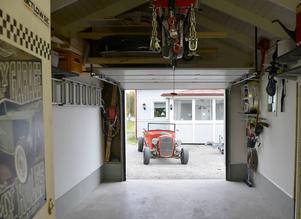 Garaget är hobbybyggarnas favoritställe vintertid. Då putsas och renoveras det på bilarna.