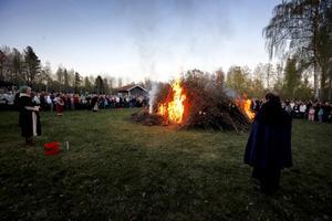 Vårbrasa. Rota igenom rishögen innan elden tänds, manar skribenten. Bilden: majbrasa vid Anundshög.                  Foto: Jonas Bilberg/arkiv