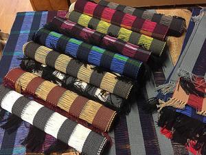 Flera hantverkare ställde ut textiler av allehanda slag.
