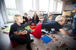 I september i fjol besökte GD fritidshemmet Milbo och pratade med fritidspedagogen Anna-Karin Brandel om hur hennes jobb har förändrats genom åren. – Grupperna är alldeles för stora, sa hon då.Douglas Stark och Elias Kilström, närmast kameran, var båda nöjda med fritids.