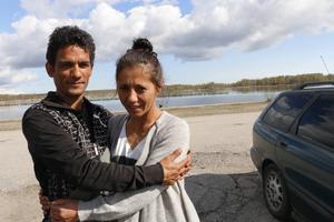 Orlin och Ivanka Mihaylova på parkeringsplatsen på Alderholmen, där de kommer att sova från och med natten mot onsdagen.