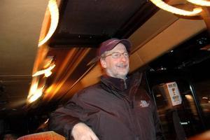 GLAD. Busschaufför Thord Gillving, från Pingsförsamlingen i Gävle, ser till att bussen kommer på plats.