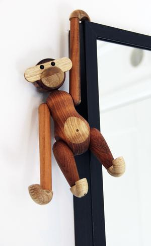 Kay Bojesen är formgivaren bakom den världsberömda träapan från Kay Bojesen Denmark. Apan designades 1951 och kom till när Kay Bojesen blev tillfrågad om han ville designa en klädhängare till en barnmöbelutställning. Tanken var att man skulle hänga upp apan och att armarna och benen skulle fungera som krokar till mössan och halsduken.