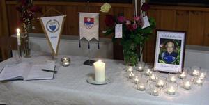 Minnesbordet på Opes kansli. Standar från Myssjö/Oviken och Ope är framsatt, liksom en kondoleansbok där många personer skrivit en sista hälsning.Foto: Ronald Sjödin