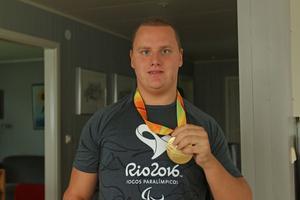 Paralympicsmästaren från Östersund med sin gyllene medalj.