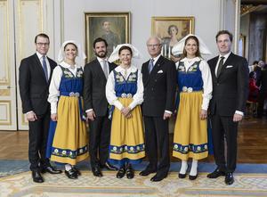 Kungafamiljen. Prins Daniel, kronprinsessan Victoria, prins Carl Philip, drottning Silvia, kung Carl XVI Gustaf, prinsessan Madeleine, Christopher O'Neill.