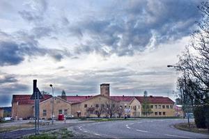 """Enligt ett urklipp i ÖP från 1960-talet var det bara småtjuvar som satt på Ulriksfors. Och så rattfyllerister, """"rattbögar"""", som stod lågt i kurs bland de andra intagna. Annars trivdes ju fångarna ganska bra på Ulriksfors. Det var bra mat och lätt att rymma."""
