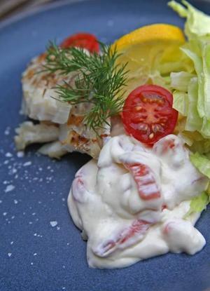 Grillad ljus fisk serverad med en kyld sås smaksatt med kallrökt lax förenar det grillade och det rökta.