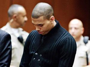 Chris Brown. Misstänks för att ha misshandlat sin före detta flickvän, popstjärnan Rihanna. Fallet förutspås bli nästa stora kändisrättegång.