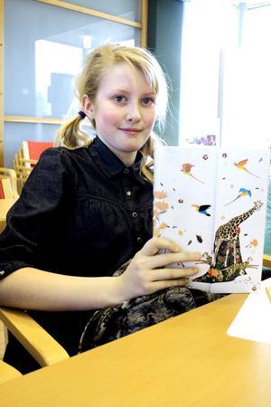 Hannah Hayes brukar skriva på sin bok då hon sitter på tåget på väg till och från sin skola i Örebro.