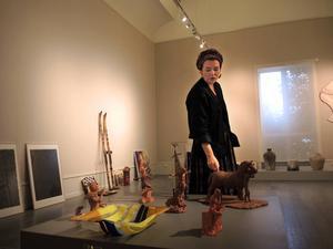 Pia Rudolfsson Anliot är projektledare för årets Jubilarens val som visas på Dalarnas museum. Här framför några skulpturer av bland andra Gabriel Jonsson, nyinflyttad konstnär till Dalarna från Linköping.