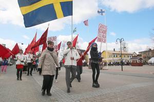 Första maj tåget drog fram genom Sveg med Abbas Khanahmadi, ordförande för Härjedalens Socialdemokrater i spetsen, flankerad av Maria Kallberg och SSU:s ordförande, Josefine Blå Amundsson.