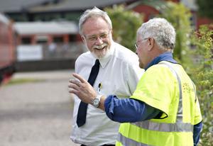 Lokföraren Björn Fura och Sten Holm, ansvarig för museala fordon, diskuterar de blåa pendeltågens brist på toaletter.– Innan kunde man ju gå på tågen. Men det är ju en lokförares lott, att skaffa sig en partyblåsa, säger Björn Fura.