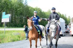 Överlämnade. Stafettritten är ett sätt att uppmärksamma ridsporten och de hästkrafter som finns ute i landet. Michelle Du Plessis ger budkaveln till Karin Knutsgård som tar den vidare till Dalarna.