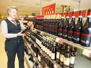 – Köp inte det här. Anna-Karin Lind, butikschef på Systembolaget i Östersund uppmanar kunderna att inte köpa ut till dem som inte har åldern inne.