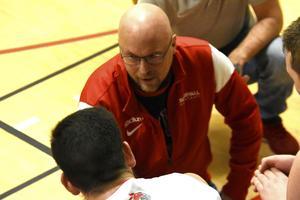 Tränaren Lars-Ove Johansson pratar taktik med spelarna i BBK Sundsvall,