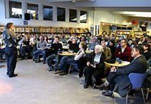 Foto: LEIF JÄDERBERG  Välbesökt. Många lyssnade till Per-Erik Wentus som talade om Irak på stadsbiblioteket  i går.