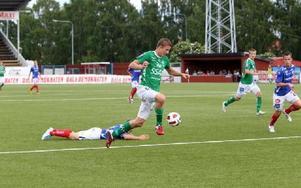 FRITT FRAM. Johan Eklund har skakat av sig bevakningen och rusar mot mål och sekunden senare gör han matchens enda mål.