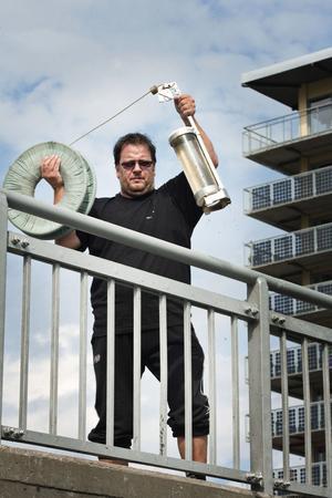 Ulf Frykman har fått i uppdrag att ta vattenprover varje vecka utmed Gavleån den här somamren. Många av vattenproverna har visat sig innehålla höga bakteriehalter..