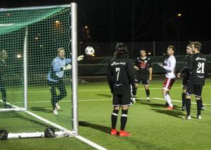 Pelle Lööf nickar in 2–0 bakom Ånges målvakt Tony Eklund.