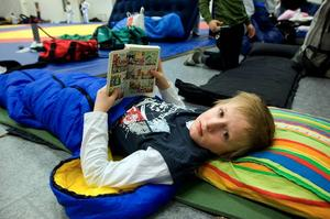 Softade. Sebastian Kronqvist från Nacka judoklubb passade på att vila och läsa lite innan fredagskvällens sista träningspass.