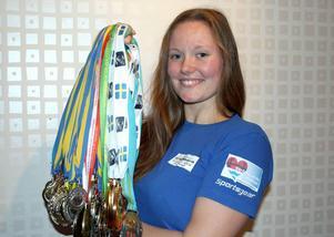 Denise Backlund laddar mot VM i armbrytning – och nya medaljer. Nu har Strömsunds kommun förlängt sitt sponsoravtal med henne.