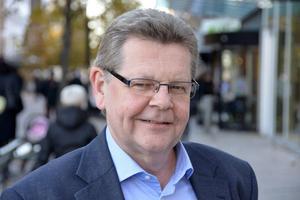 Lars-Olof Johansson, 59 år, företagsrådgivare, Söråker:– Jo, det vet jag ganska väl. Jag ligger i alla fall under genomsnittet. Det är dyrt att ha för höga avgifter.
