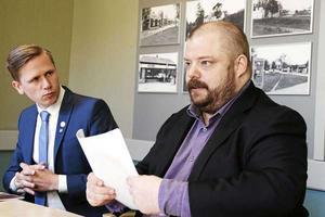 Gävlealliansens budget föll under måndagens omröstning efter att Sverigedemokraterna lagt ner sina röster. På bild, Roger Hedlund och Richard Carlsson, SD, Gävle.